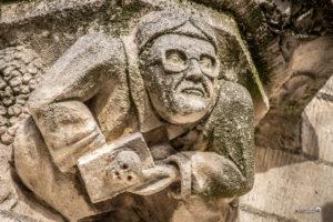 Beeld met bril op de Sint-Gummaruskerk