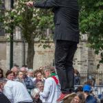Willem - de zanger - zweeft over het podium